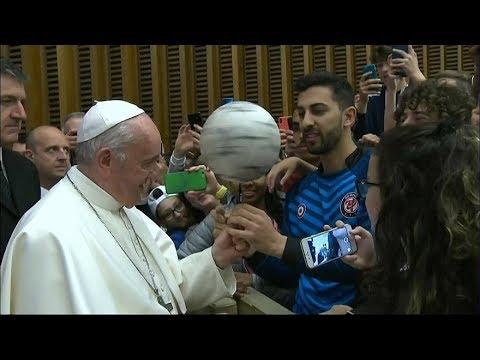 البابا فرنسيس يداعب كرة القدم  - 10:54-2019 / 5 / 26