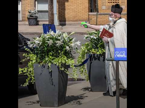 ABD'li rahip sosyal mesafe kuralına uyarak kilisenin önüne gelenleri, su tabancası ile kutsadı