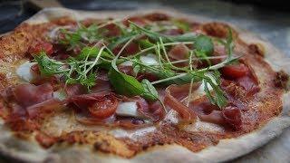 Пицца с моцареллой и прошутто