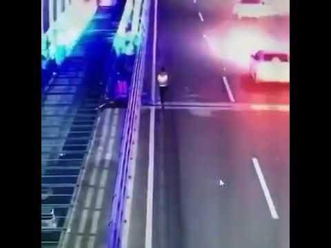 Cars crashed on the highway, like super magic - xe ô tô đâm người trên cao tốc