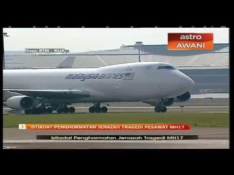 Pesawat khas yang membawa jenazah selamat mendarat