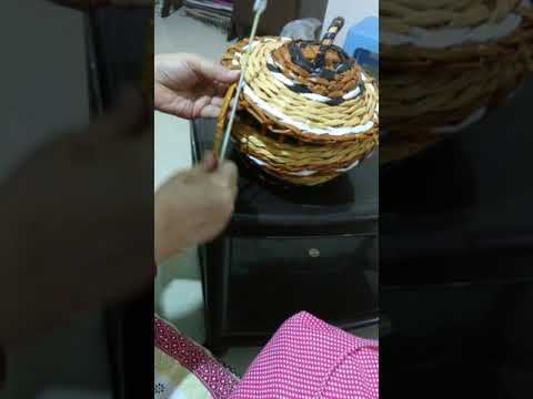 NEWSPAPER WEAVING CRAFT: HOW TO FIX LID TO THE BASKET.