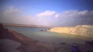 قناة السويس الجديدة: سفينة تعبر وحفارات تحفر بالماء وكراكة تكرك ولوادر تحفر فى قناة الكيلو84