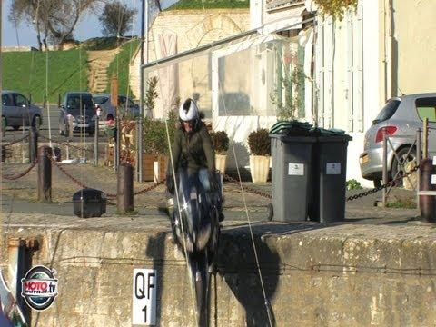 Lolo tombe dans le Port de Saint Martin en Ré en Yamaha FJR 1300 version full et originale