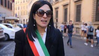 Referendum Atac, finta Raggi in giro per Roma tra bus in fiamme