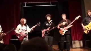 Kari Aadland, Maia Linn Thorsen og Sophie Bergo vokal med David Stier på solo gitar
