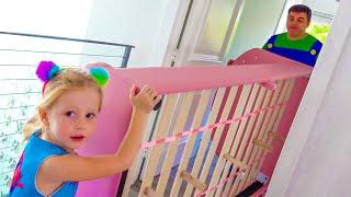 Nastya dekorierte ihr neues Zimmer in rosa Farbe