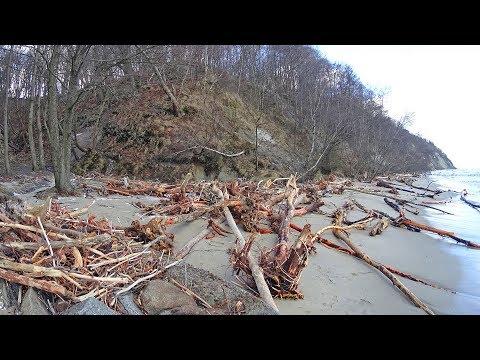 Пляж в Отрадном после шторма