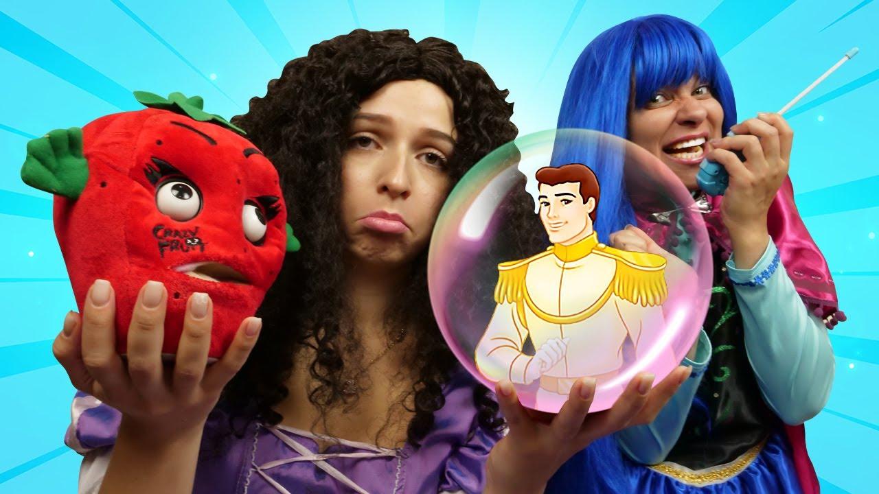 Komik oyun videosu. Prenses konuşan çileği dönüşmüş prens sanıyor! Şımarık prensesler