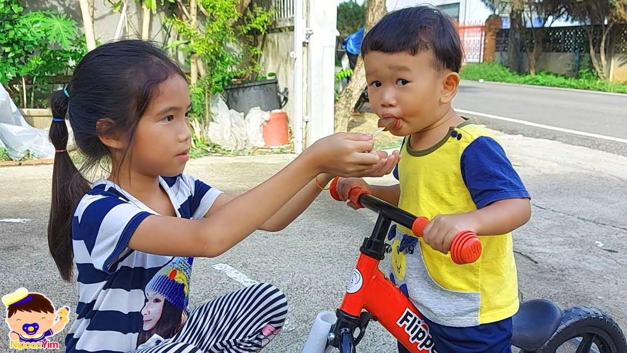 พี่ๆ พาน้องนิปุณเล่นจักรยานขาไถ   น้องนิปุณ แม่ริน