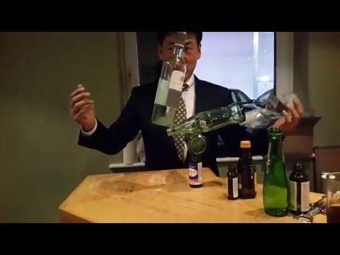 Rocky Byun balanciert mit Flaschen
