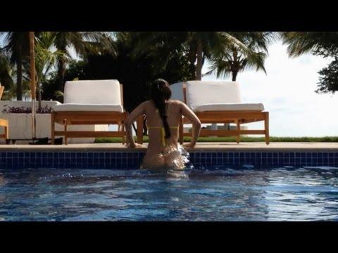 Girl Loses Bikini Bottoms At Beach
