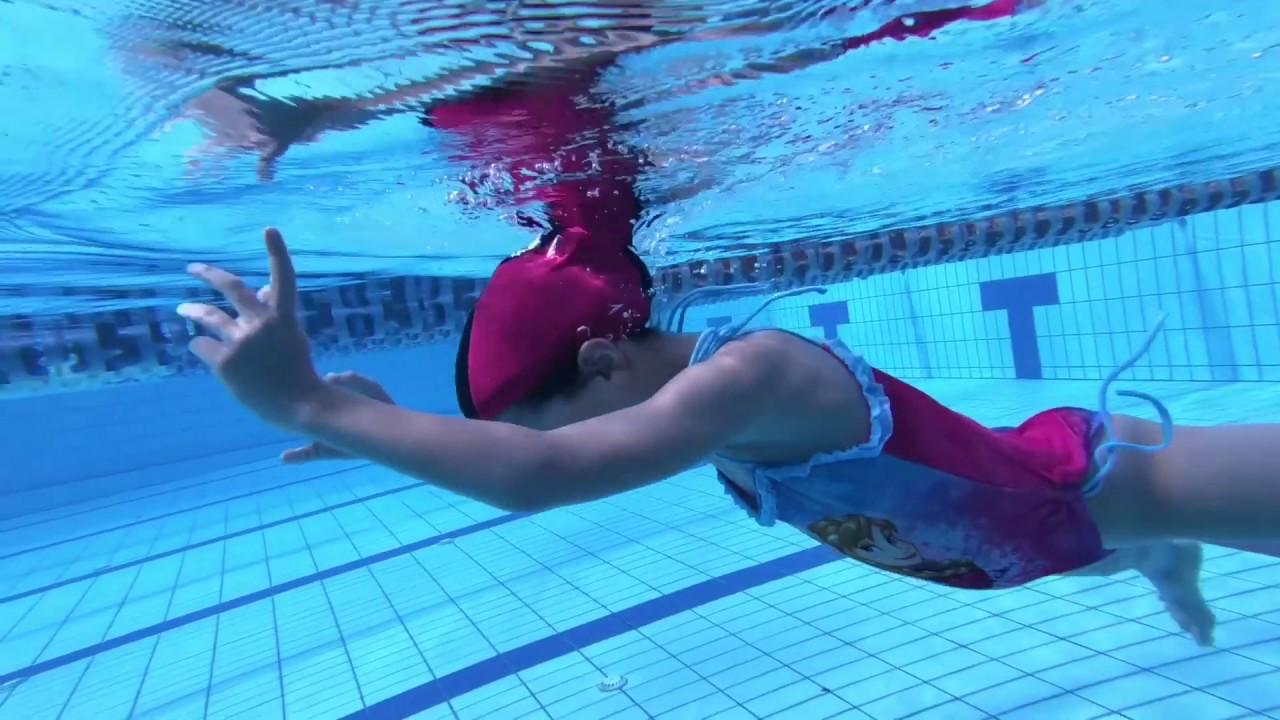 דולפיניטי - הורים מלמדים את ילדם לשחות
