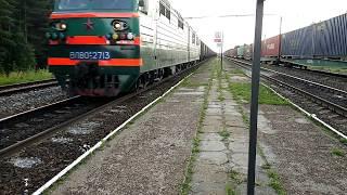 Электровоз ВЛ80С-2713 с грузовым поездом и приветливой бригадой