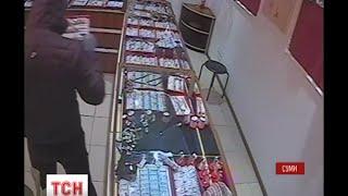 У Сумах невідомий обікрав ювелірну крамницю(UA - У Сумах невідомий обікрав ювелірну крамницю. Події зафільмувала камера відеоспостереження: чоловік..., 2015-11-18T15:46:01.000Z)