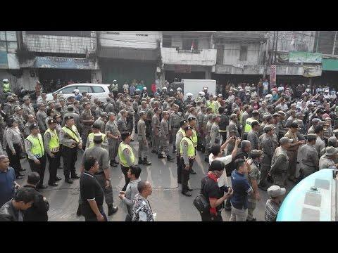 Warga Kampung Pulo Bentrok dengan Satpol PP