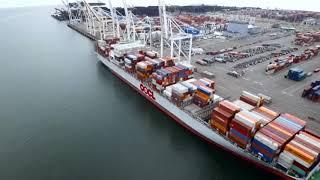 貨物船からのコンテナの積み降ろし
