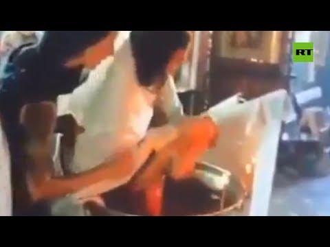 Un cura agita violentamente y provoca heridas en un niño durante su bautizo