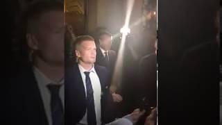 Andrej Babiš šel pozdravit demonstranty a lítající flašky