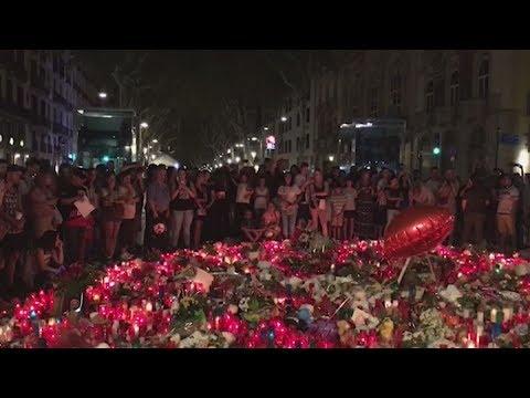 Κεριά, λουλούδια, προσευχές και δάκρυα για τα θύματα της επίθεσης στη Βαρκελώνη
