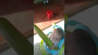 Em bé đang chơi đùa rất vui vẻ