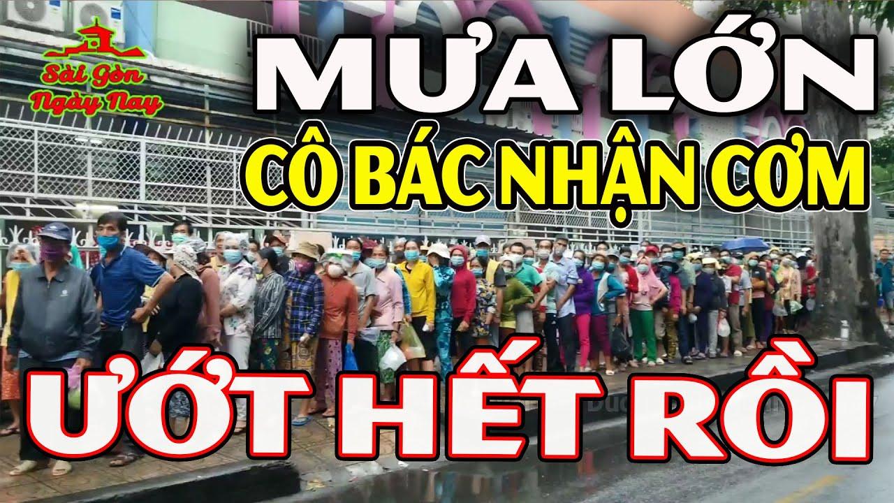 Sài Gòn mưa lớn không cản nổi dòng người xếp hàng nhận cơm ở BV Chợ Rẫy