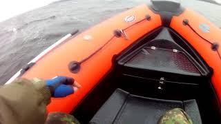 рыбалка на водохранилище в ветер.  Обзор мореходности лодки риб навигатор 450