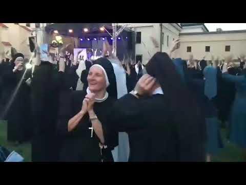 Монашки танцуют