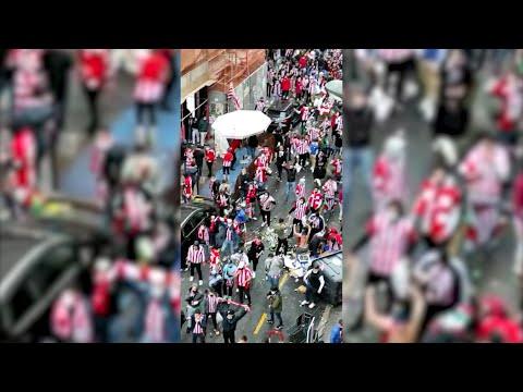 Hinchas del Athletic cruzan contenedores en Bilbao