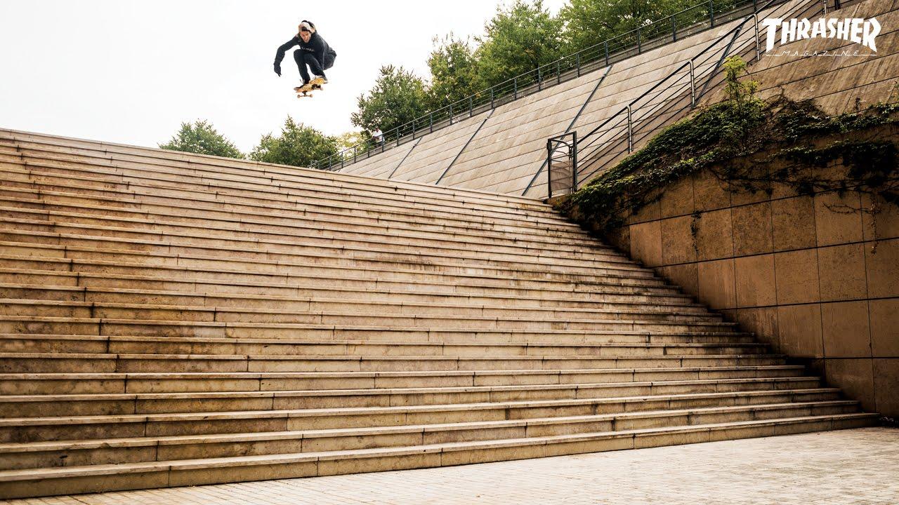 25段もある階段をスケボーで下りおりる男性。怖すぎて、痛すぎて…