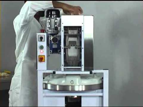 Spezzatrice automatica per pizza accoppiata ad - Macchine per la pasta casalinga ...