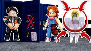 A MALDITA CHICA PERISTS us in FLEE THE FACILITY by ROBLOX 😱