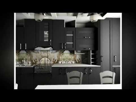 дизайн кухни с черными фасадами и темными обоями, черно-белые полкии