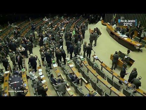 Denúncia contra Temer deve ser votada hoje (25) pelo plenário da Câmara | SBT Notícias (25/10/17)