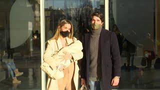 María Pombo y Pablo Castellano dejan el hospital con su hijo en brazos