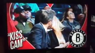 Marcelo Tinelli enfocado por la kiss cam en un partido de la NBA thumbnail