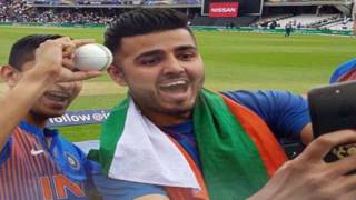 भारत-श्रीलंका मैच में दिखी कुछ ऐसी भी दीवानगी, फैंस ने बॉल के साथ ली सेल्फी, Champions Trophy 2017