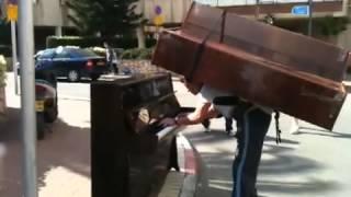 Russos carregam piano nas costas Like a Boss