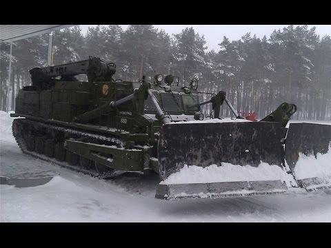 Путепрокладчик БАТ-2 борется со снежными завалами