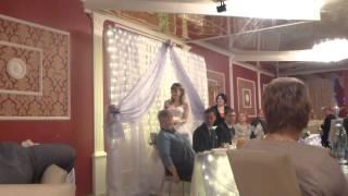 Невеста дарит подарки родственникам жениха)))