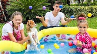 Nastya와 Artem은 장난감으로 수영장에서 강아지를 목욕