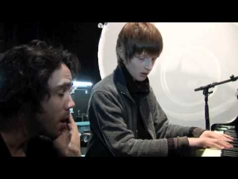"""Patrick Watson """"Je te laisserai des mots"""" (live in brussels with Lou, young blind musician) 2012"""