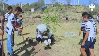 Monty y la Escuela Oficial Rayados Miravalle en reforestación del Parque Metropolitano de Tlaquepaque.