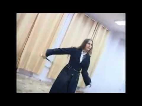 Смертельный танец! Девушка с мечами