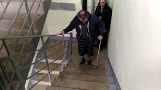 Учимся подниматься по лестнице.