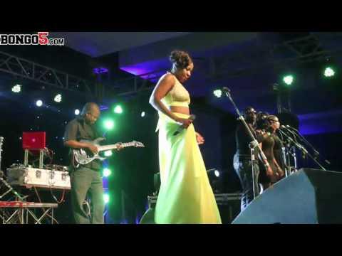 Lady Jay Dee akiimba wimbo wa Usiusemee Moyo katika 'Naamka Tena Concert'