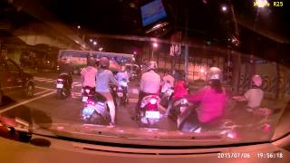 [MIO MiVue R25]台北萬華艋舺大道萬板橋機車追撞車禍 2015/7/6