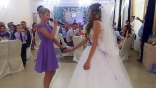 Даша поздравляет сестру Юлию в день свадьбы.