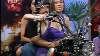 Repeat youtube video Mey Santamaria - ¿Cómo andar en moto con estilo? - Asisomos