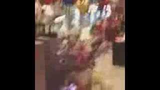 Farid Bang schlägt Puppe am Flughafen kaputt und wird erwischt